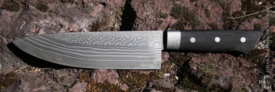 Küchenmesser aus wurmbunter Aufbau mit 220-Damastlagen aus: Schmiedekurs Damastmesser schmieden